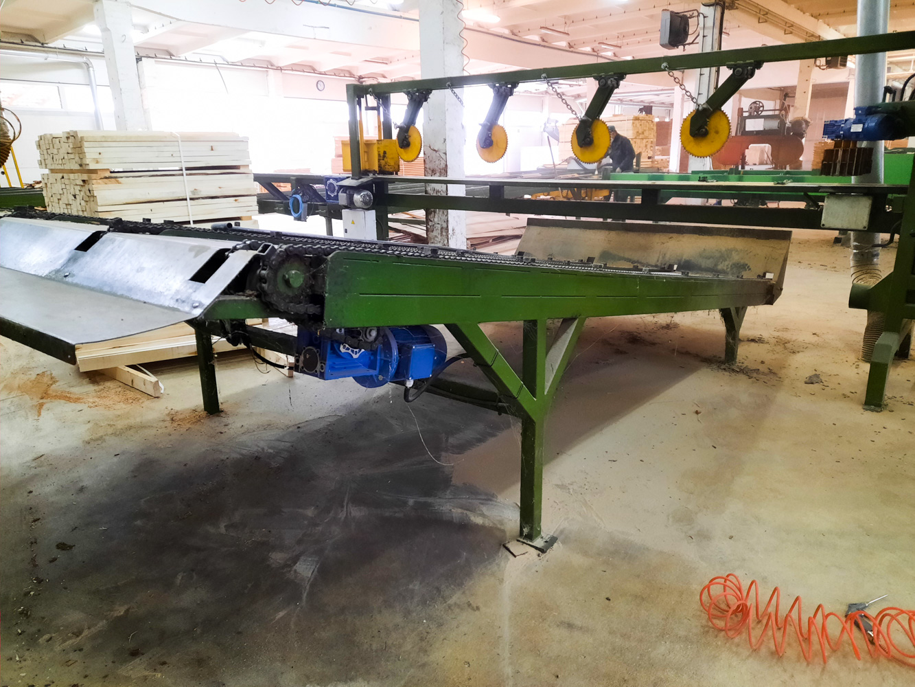 Rąstų šonų surinkimo transporteris/ Logs offcuts collection conveyor