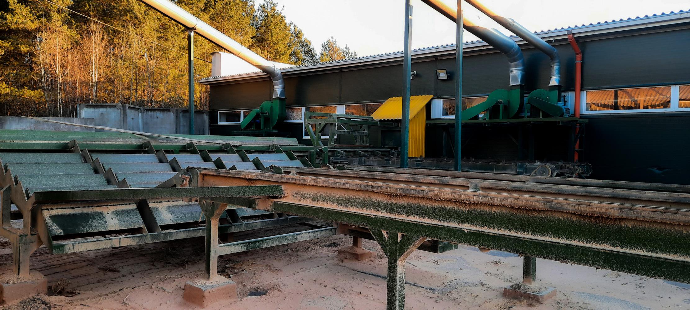 Rąstų rampa ir laiptuotas transporteris/ Logs storage platform and separation device and
